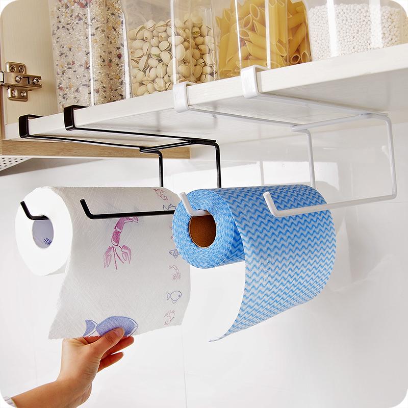 Carta da cucina: come utilizzarla in modo inusuale mano donna rotolo contenitori vetro cereali pasta riso anta mobile
