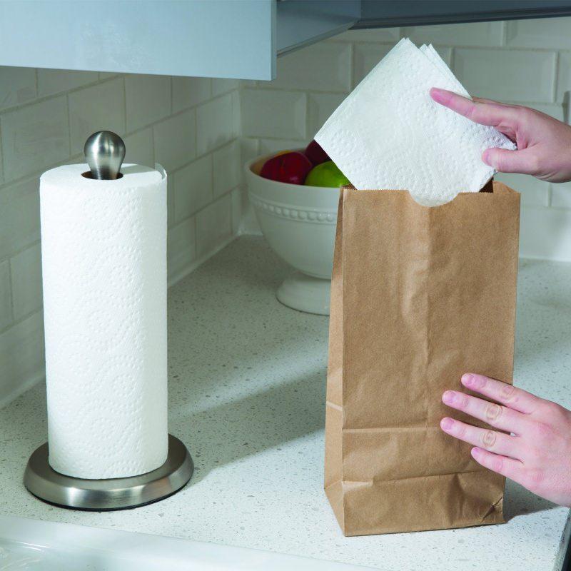 Carta da cucina: come utilizzarla in modo inusuale porta rotolo sacchetto mano