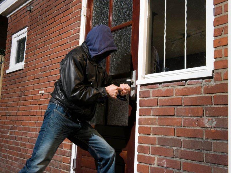 Come difendere la casa: 8 consigli per la sicurezza domestica furto ladro porta vetri