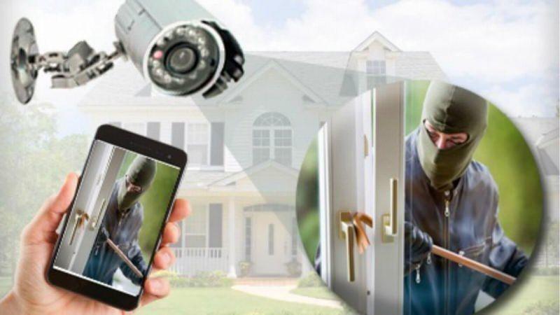 Come difendere la casa: 8 consigli per la sicurezza domestica furto ladro porta vetri telecamera smartphone