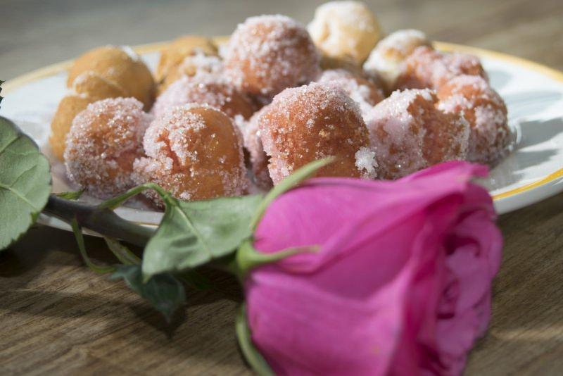 castagnole di carnevale zucchero fiore rosa