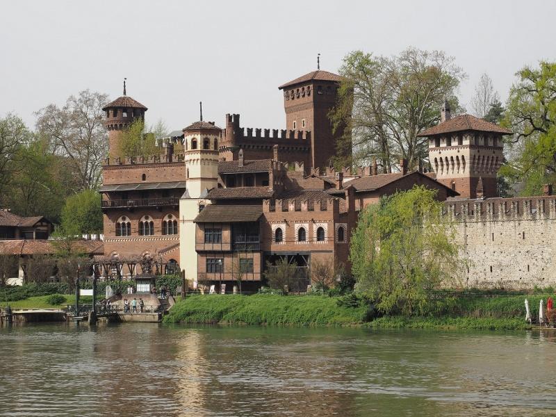 torino fiume po parco del valentino castello bosco
