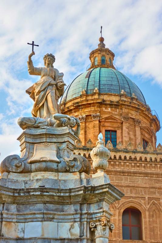 particolare statua Santa Rosalia davanti cattedrale Palermo