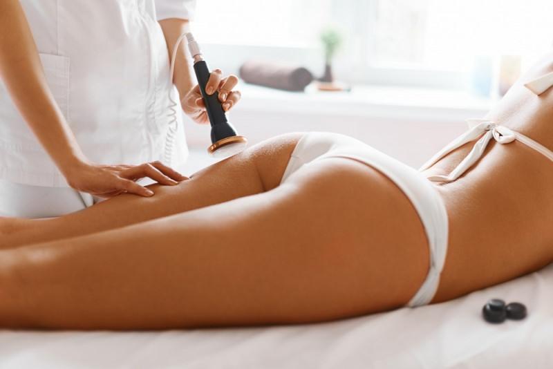 Scopriamo insieme la cavitazione, l'ultima frontiera del rimodellamento localizzato trattamento onde ultrasuoni macchinario dottore corpo donna snello gambe slip bianco lettino