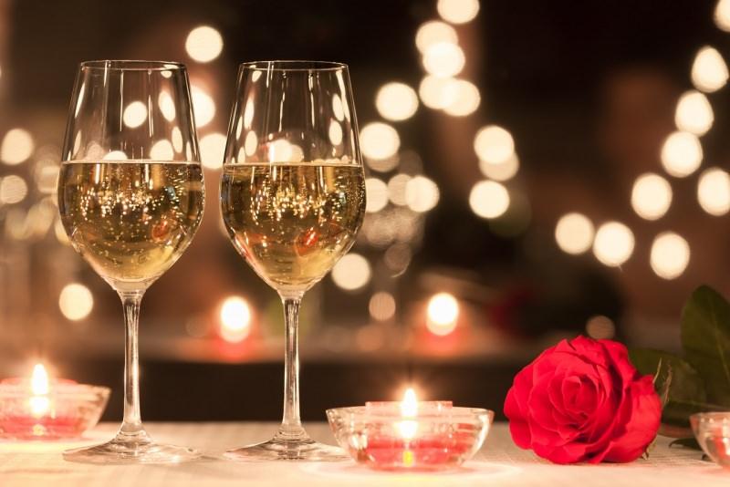 festeggiare san valentino cena romantica calici vino bianco tea light fiamma accesa rosa rossa