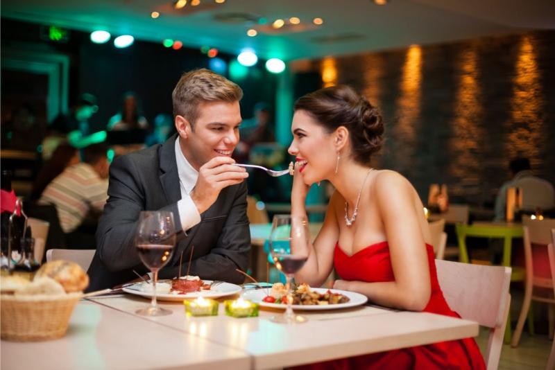 coppia romantica ristorante uomo donna mangiano cibo afrodisiaco