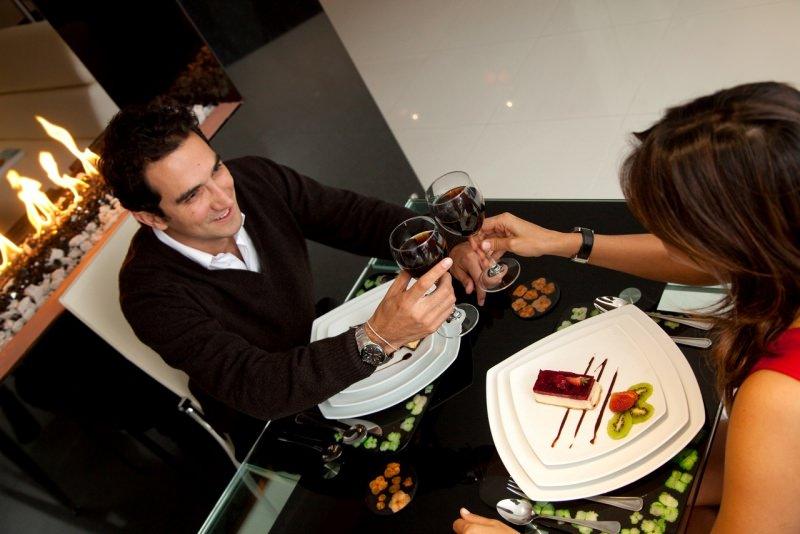 cena romantica coppia brindisi camino vino rosso san valentino