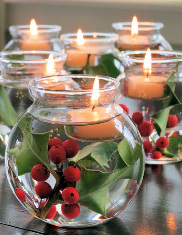 Come fare centrotavola natalizio idee originali decorazione tavola di natale vaso vetro acqua rosa canina rossa foglie verdi candele tea light fluttuanti