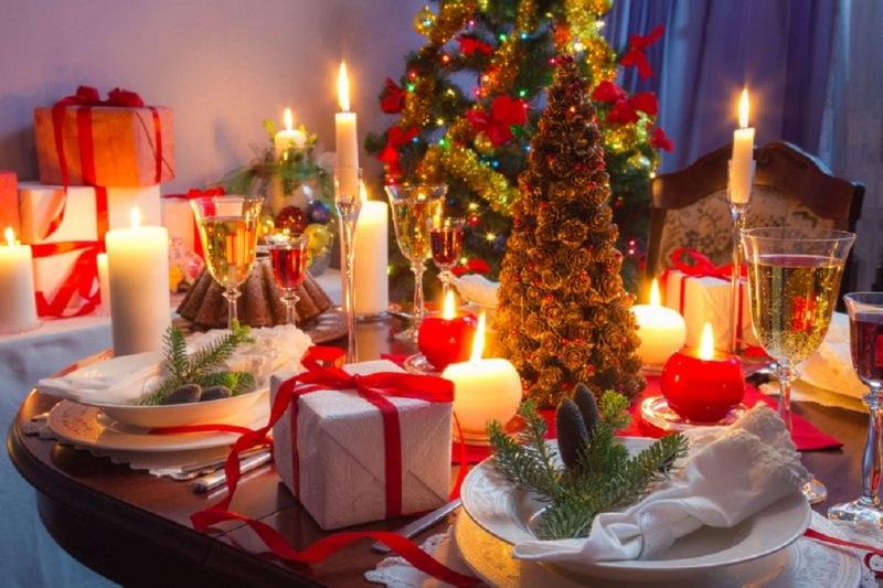 Come fare centrotavola natalizio idee originali decorazioni natalizie tavolo di natale albero fiocchi rossi ghirlanda oro luci led alberello pigne calici cristallo candela rossa bianca fiamma accesa pacchi regalo segnaposto rametti verdi porcellana bianca torta vino rosso bianco spumante bollicine