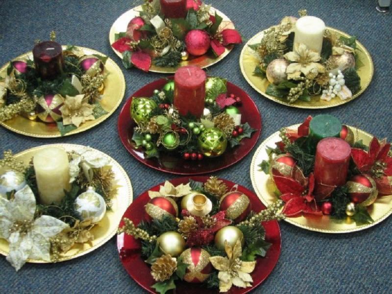 Come fare centrotavola natalizio idee originali decorazioni vassoio rotondo oro rosso fiore stella di natale dorata bianca argento candela verde glitter