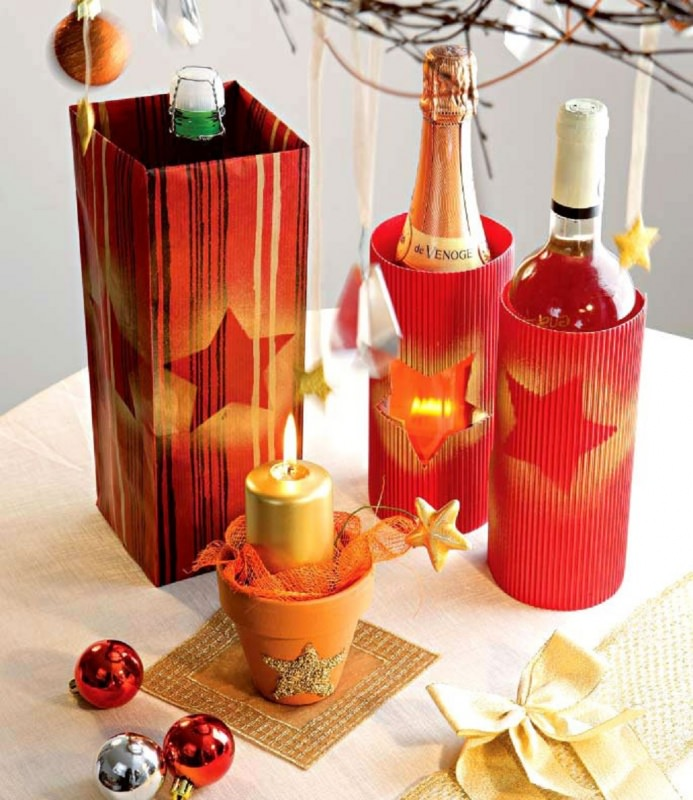 Come fare centrotavola natalizio idee originali decorazione natalizia tavola di natale porta bottiglie spumante cartoncino ondulato rosso traforo stella vasetto coccio candela oro dorata sfera rosso fiocco