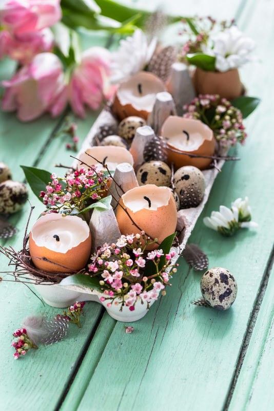 centrotavola pasquale fiori tulipani gusci uovo candele fiorellini rosa