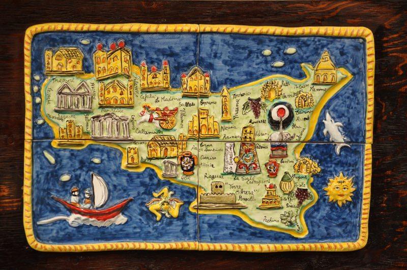 mappa della Sicilia in ceramica