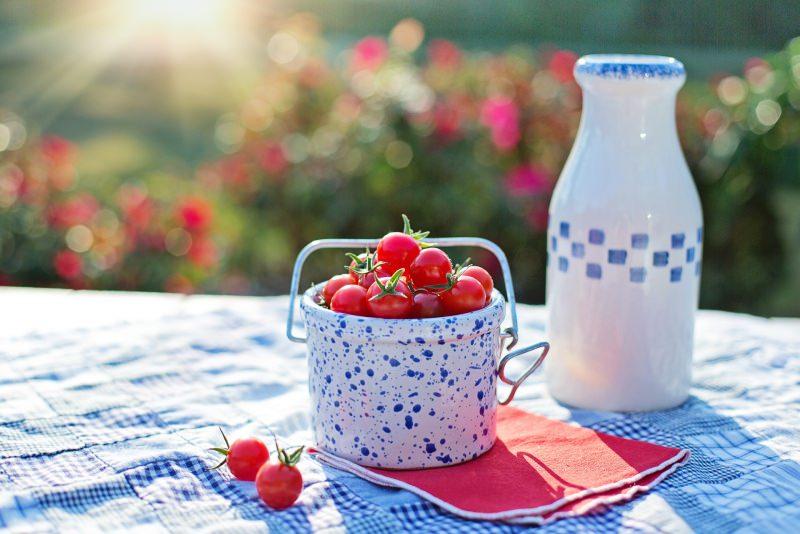 Conosci la dieta del pomodoro? Come perdere peso in pochi giorni sole mattino toveglia quadri azzurro pomodoro di Pachino ciliegino rosso vaso cerameica bianco blu tovagliolo rosso bottiglia natura