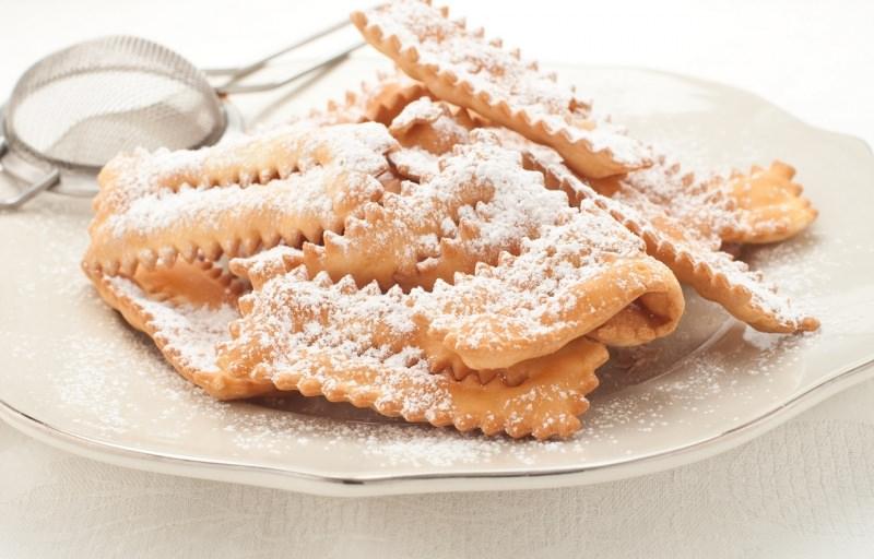 chiacchiere di carnevale piatto pronto zucchero a velo colino