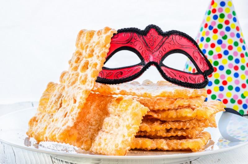 chiacchiere dolce tipico di carnevale maschera