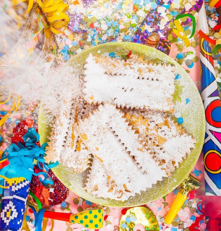 frappe chiacchiere cenci frittelle di carnevale zucchero a velo dolci coriandoli stelle filanti