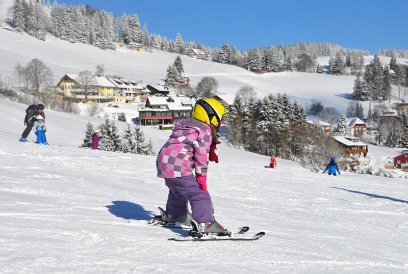 Sport in montagna: da oggi c'è anche l'assicurazione sci famiglia bambini neve sicurezza
