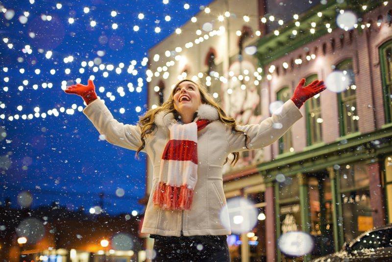 Come preparare il Natale in anticipo, da settembre/ottobre no allo stress luci luminarie donna felice