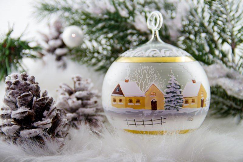 Come preparare il Natale in anticipo, mese di novembre piume bianche pallina vetro decorazione albero di Natale