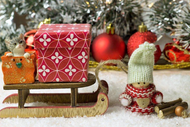 Come preparare il Natale in anticipo, mese di novembre decorazioni natale paline glitter stelle albero pupazzetto berretto lana slitta pacchi regalo giocattoli