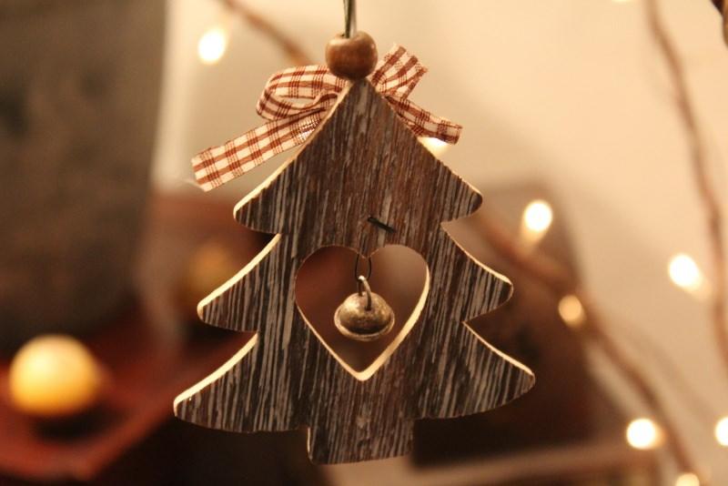 Albero di Natale in stile scandinavo | Decorazioni natalizie nordiche legno campanello fiocco quadri rosso bianco luci