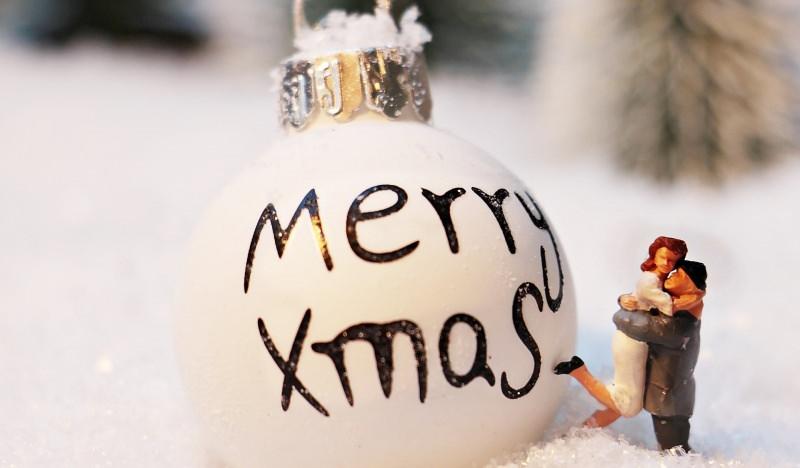 Come preparare il Natale in anticipo, mese di novembre neve decorazione natalizia pallina bianca Merry Xmas