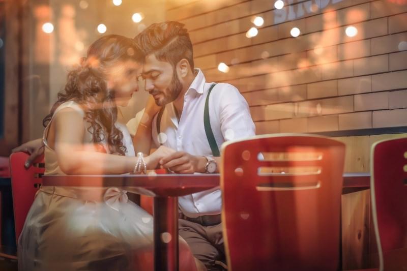 coppia innamorati cena romantica Ansia da anniversario? Ecco alcune idee regalo perfette per la vostra ragazza