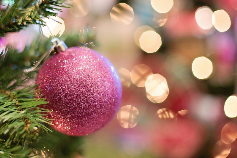 Come preparare il Natale in anticipo, da settembre/ottobre decorazioni natalizie palla glitter rosa ramo albero