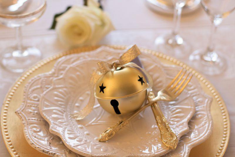Antipasto caldo di Natale | Ricetta Zuppa di Pesce tavola apparecchiata natalizia rosa bianca posate argento