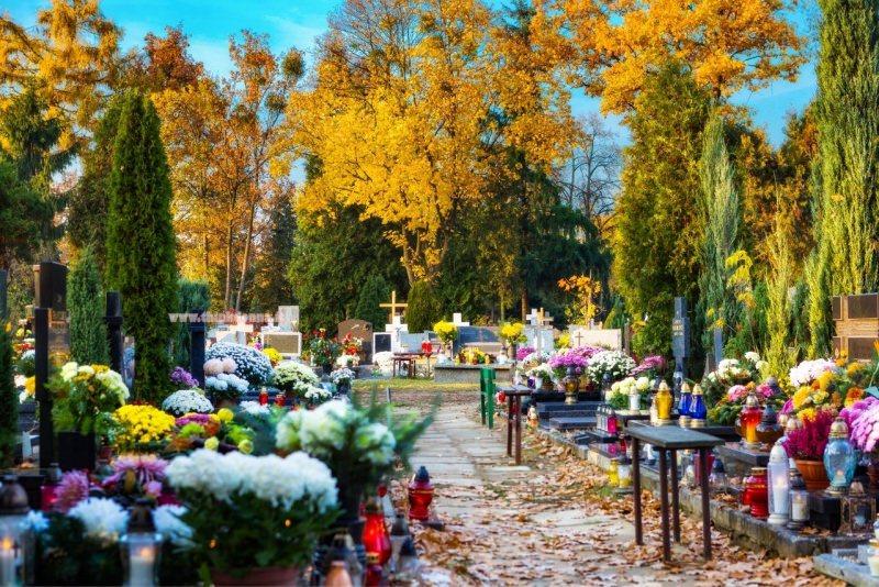 commemorazione defunti festa dei morti Italia cimitero fiori tombe crisantemi candele