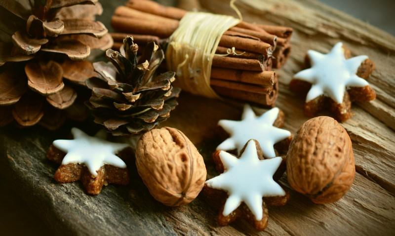 Stelle di Natale biscotti semplici | Ricetta facile decorazioni pigne noci cannella