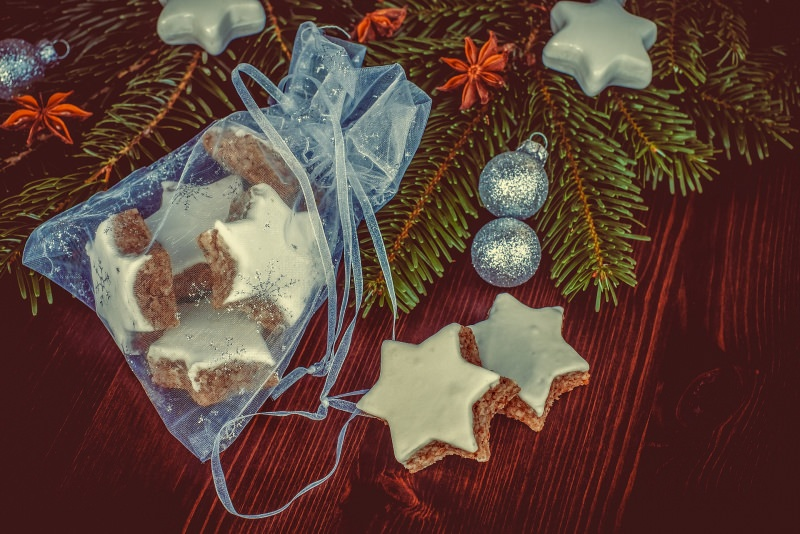 Stelle di Natale biscotti semplici | Ricetta facile decorazione albero di natale sacchetto tulle palline glitter argento