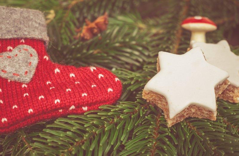 Stelle di Natale biscotti semplici | Ricetta facile decorazione dolce albero di natale scarpina lana rosso cuore