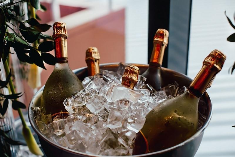 cinque bottiglie spumante vino bianco porta ghiaccio