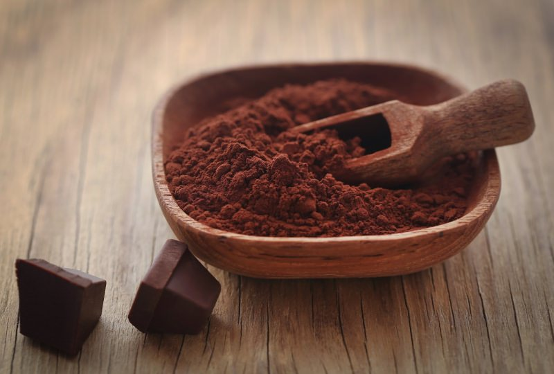 ciotola legno con cacao in polvere cioccolato fondente