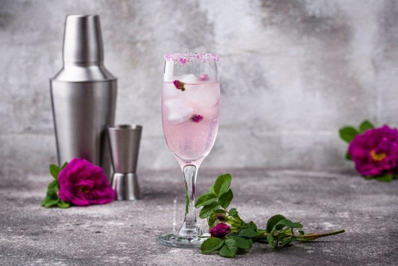 cocktail rosa con champagne e sciroppo di rose shaker rosa san valentino