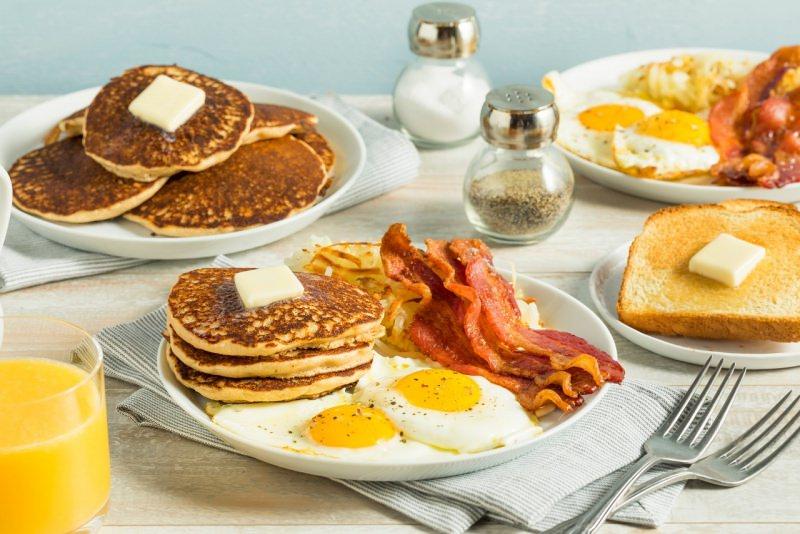 colazione americana pancake burro sale pepe uova bacon pane tostato spremuta arancia