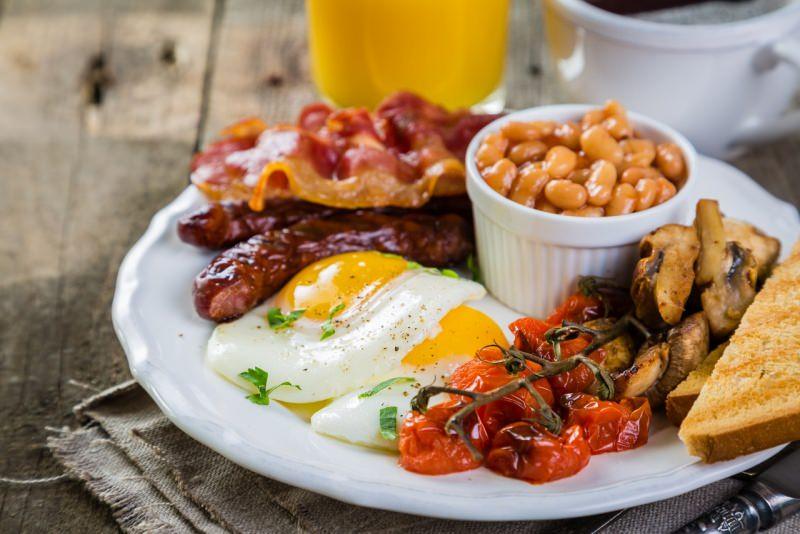 eggs on the bacon breakfast inglese uova pancetta salsicce fagioli pomodori colazione