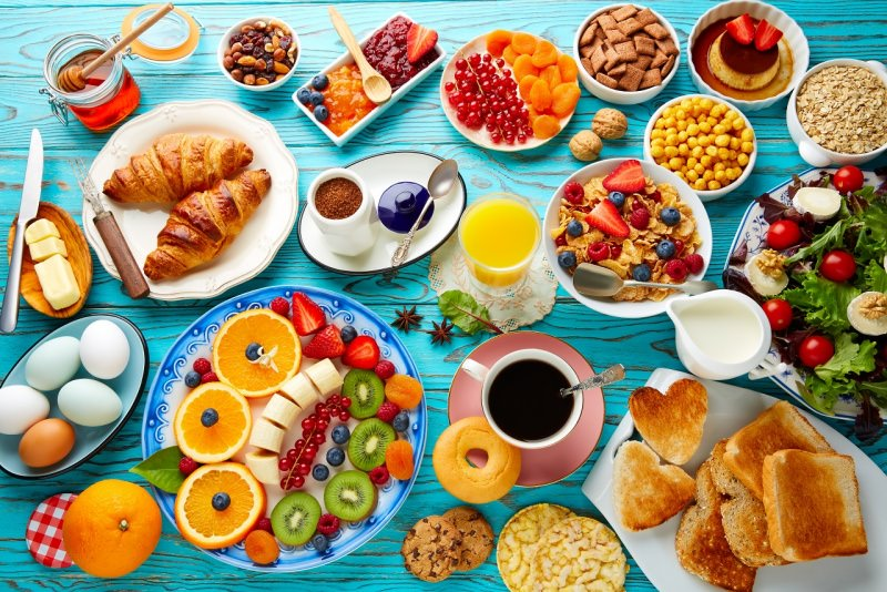 colazione ricca e abbondante sana croissant miele frutta caffè spremuta arancia