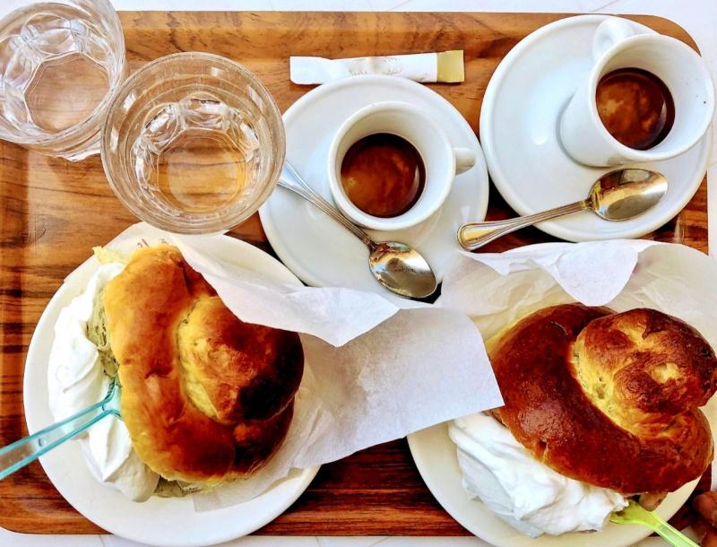 brioche brioscia col tuppo gelato colazione siciliana vassoio bicchieri acqua tazzine caffè