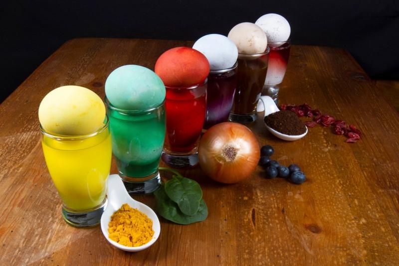 colori naturali per uova di pasqua bicchieri mirtilli cipolla