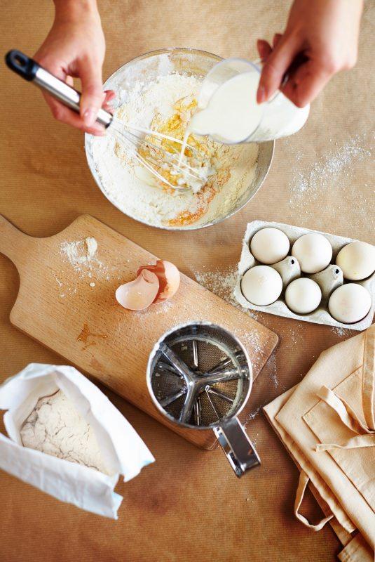 preparazione crêpes impasto uova farina latte versato tagliere ingredienti crepes