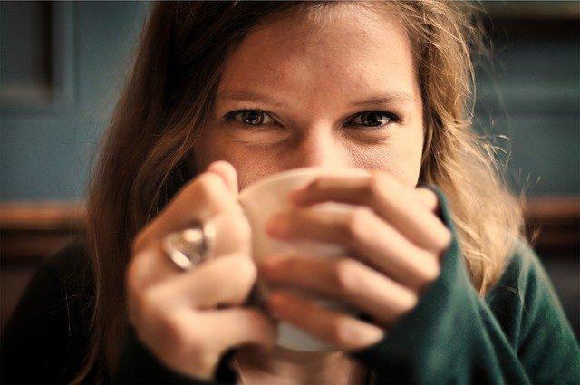 autostima donna beve tazza tisana tè occhi