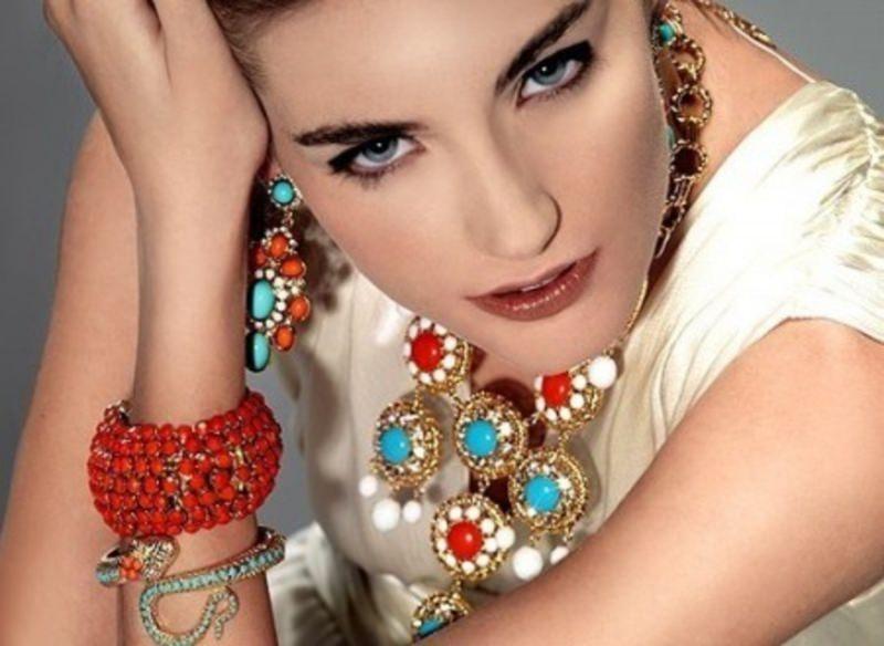 Gli accessori moda, le tendenze principali della prossima stagione viso donna occhi azzurri orecchini collana pietre colorate rosso turchese bianco bracciale perle rosse serpente oro primavera estate