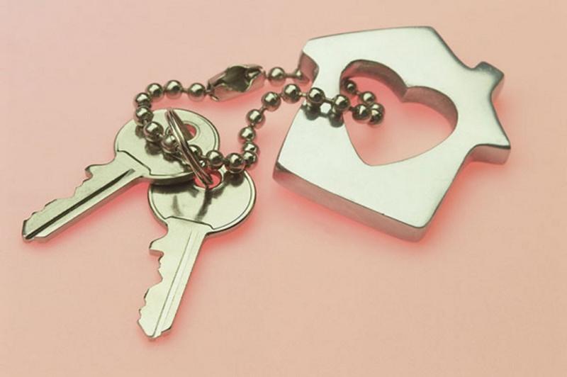 Vita di coppia: siete pronti a vivere insieme? chiavi portachiavi acciaio forma casa sfondo rosa