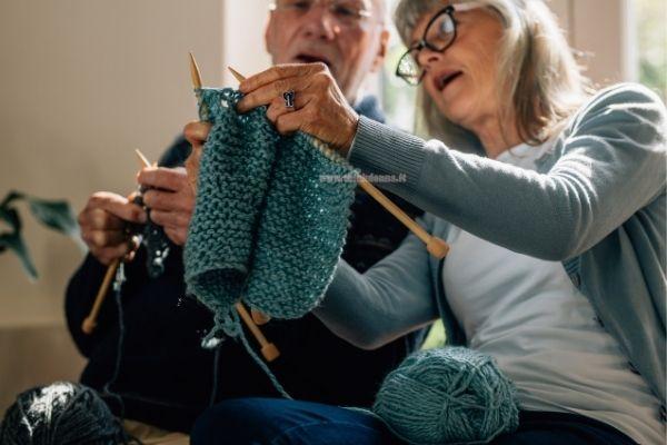 coppia anziani lavora ai ferri maglieria lavoro a maglia hobby restare a casa