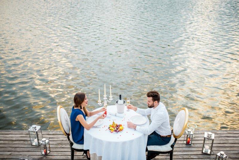 coppia innamorati cena romantica mare seduzione san valentino