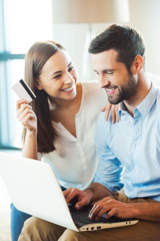 coppia uomo donna shopping online laptop carta di credito sorrisi
