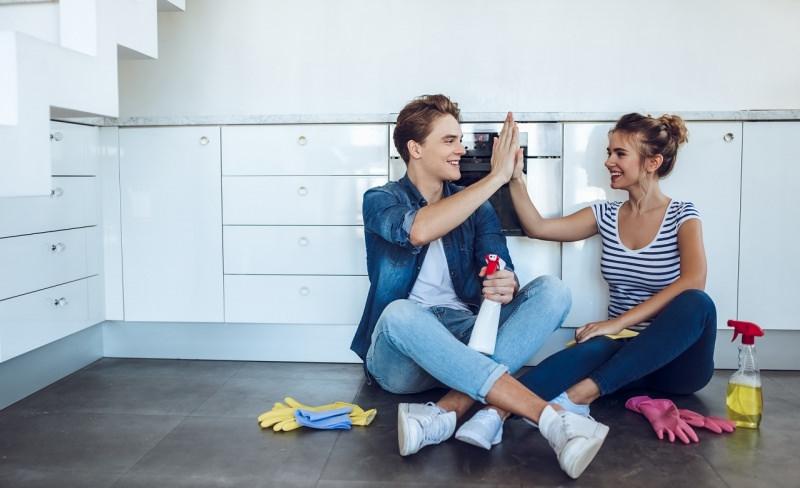 coppia fa le pulizie di primavera pausa guanti spugne